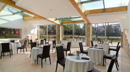 Restaurant oasis ele green park hotel pamphili rom, italien